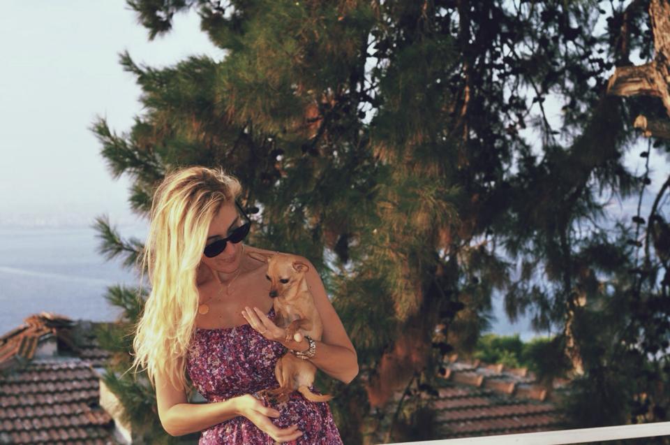 burcu_ozcan_chihuahua_mira_buyukada_gap_elbise_illesteva (4)